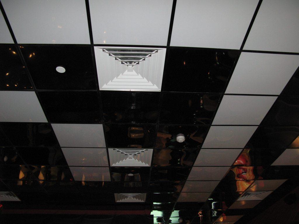 Красиво, верно? Давайте посмотрим, что скрывается за внешним видом этого потолка.