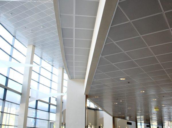 Кассетные потолки успешно используются как в частных домах, так и в зданиях общественного назначения