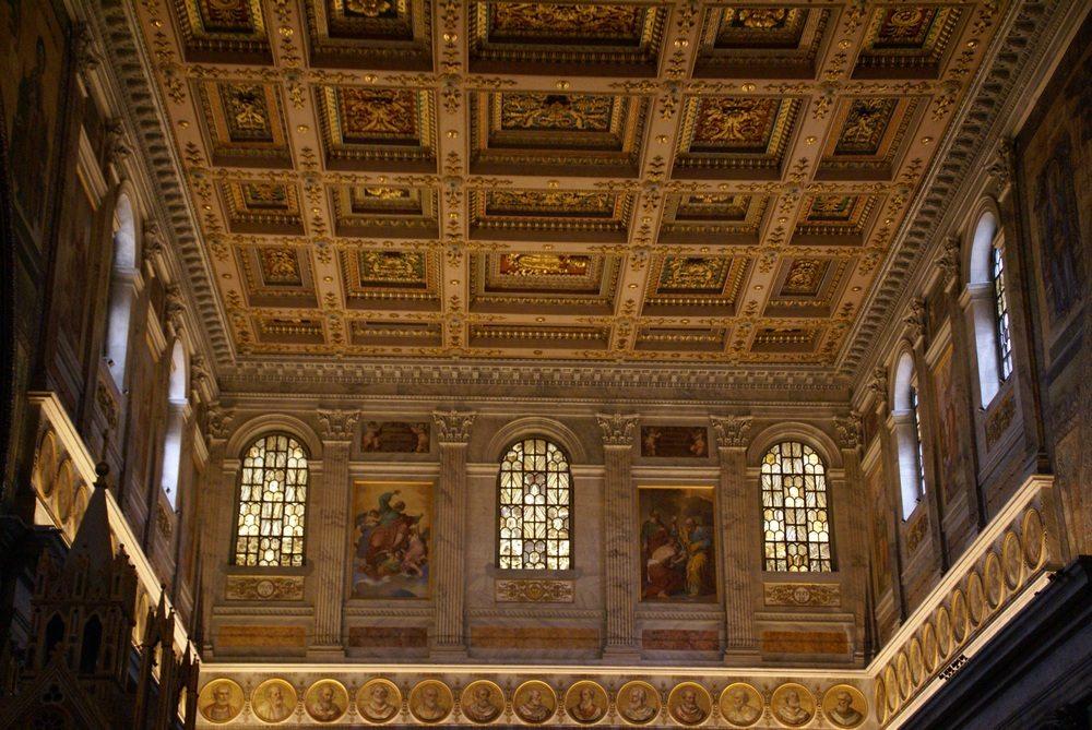 Такой потолок можно увидеть в в римском Базилике Святого Павла.