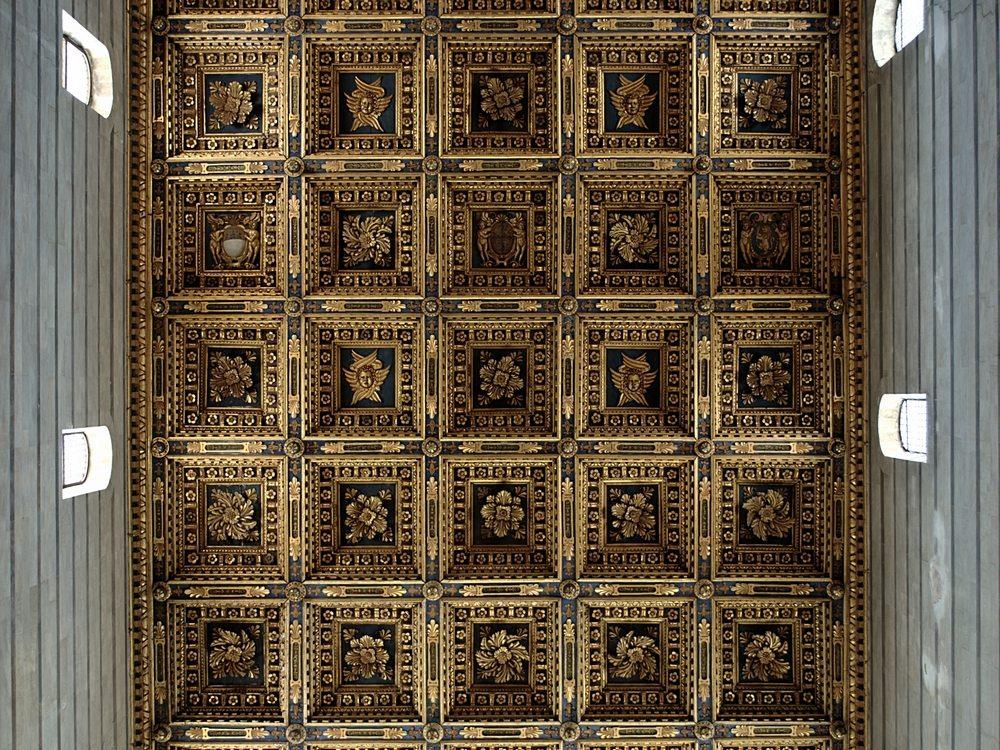 Кессонированный потолок, который находится в Пизанском соборе.