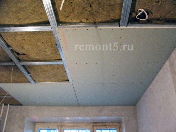 Гипсокартонный потолок монтируется на жёсткий каркас из металлических профилей.