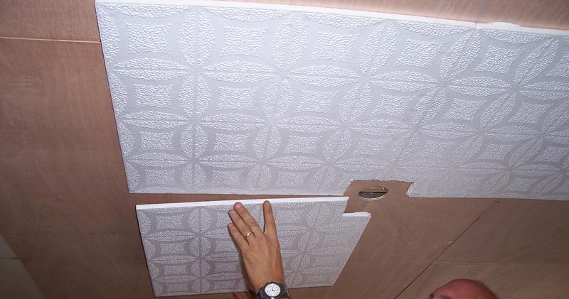 Как потолочную плитку поклеить на основание в месте установки осветительного прибора