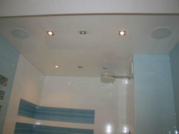 Колонки на потолке ванной комнаты помогут вам максимально расслабиться в процессе приёма водных процедур