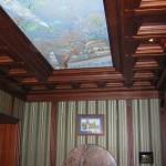 Комбинированный деревянный потолок с подсветкой