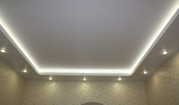 Комбинированный вариант: лампы + светодиодная лента