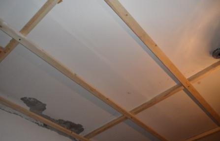 В сухих помещениях допустимо использование деревянного каркаса.