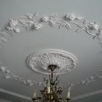 Крашеный потолок в барельефом