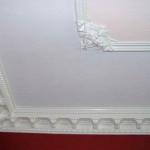 Крашеный потолок с плинтусом