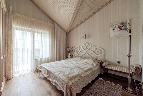 Крашеный деревянный потолок жилой мансарды.