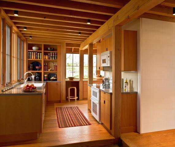 Балки деревянные талантливым дизайнером используются не только для подшивных систем, но и в модном декоре потолка