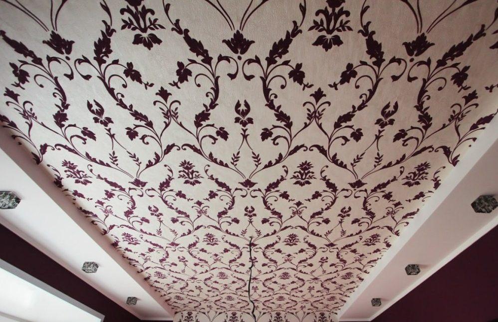 Красивые обои также способны сделать потолок красивым