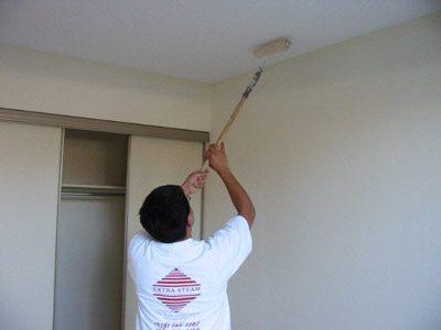 Глянцевую краску очень просто нанести на поверхность потолка