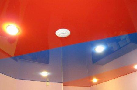 Красные натяжные потолки вперемешку с синим