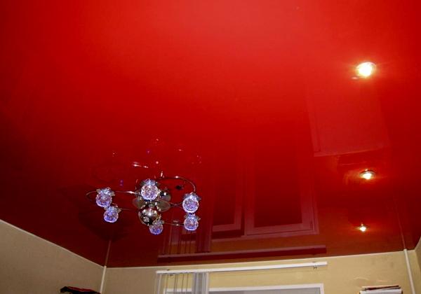 Красный потолок натяжной глянцевый
