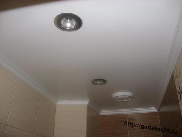 Потолочный плинтус скроет стык подвесного потолка со стенами.
