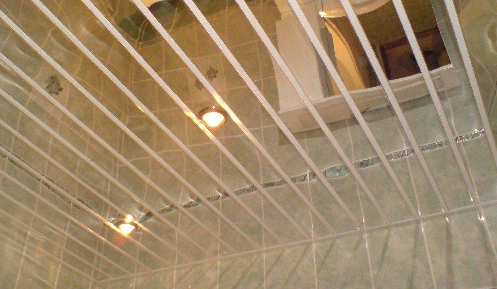 Зеркальный реечный потолок часто можно видеть в ванной. Его покрытие не слезет от сырости; если же поверхность потемнеет - достаточно помыть ее.