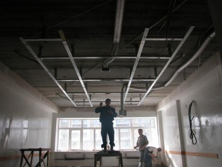 Достоинства подвесных потолков известны и общепризнанны. А как они собираются и крепятся к перекрытию?