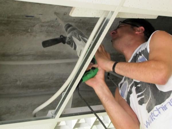 Как проектор прикрепить к потолку с частичной разборкой подвесных элементов