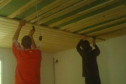 Чем обшить потолок в деревянном доме своими руками: видео-инструкция и фото