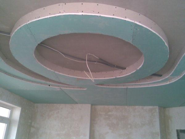 Криволинейные поверхности сложнее в монтаже, но и смотрятся они эффектнее