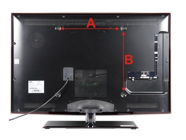 Кронштейн для телевизора на потолок должен подходить по креплениям, расстояние можно измерить так, как показано на фото