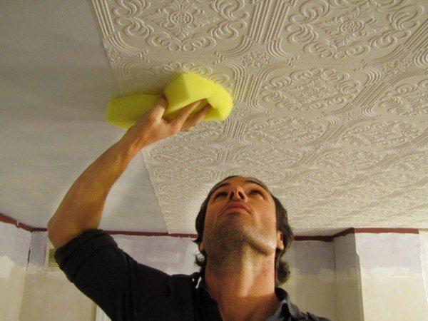 Кухонный потолок, оклеенный обоями – недолговечный вариант
