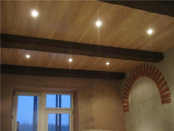 Ламинат на потолке со встроенной подсветкой