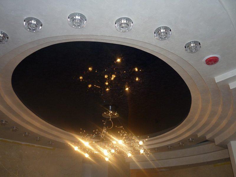 Светильники по периметру дополняют люстру в центре потолка.