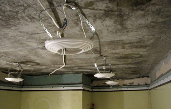 Платформы монтируются до того, как потолок будет натянут.