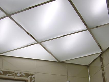 Люминесцентные трубки дают рассеянный свет, но все равно видны через потолок.