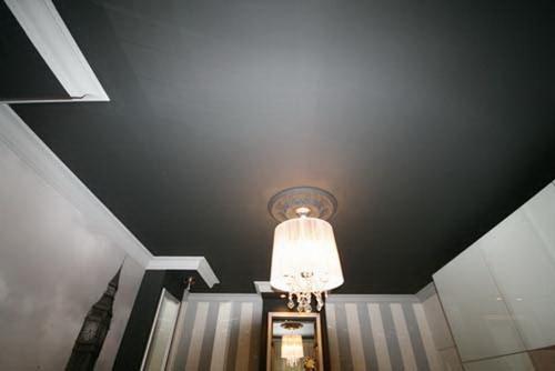 Темный сатиновый натяжной потолок.