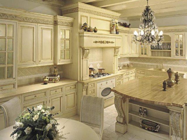 Для габаритных кухонь люстру необходимо выбирать соответствующего размера и мощности