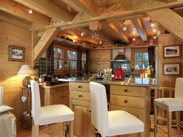 Деревянные балки в комнате с высокими потолками