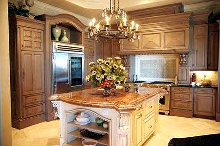 Использования классической люстры на кухне является необходимость просторности помещения
