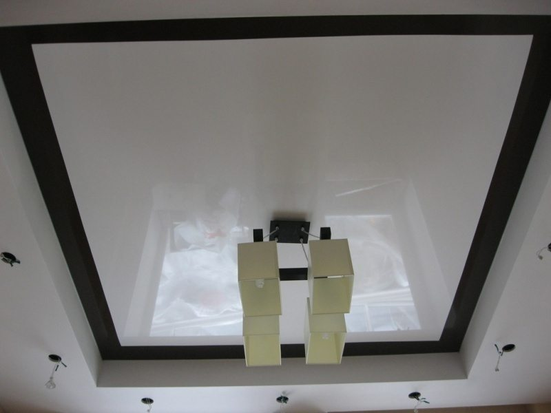 Здесь софиты равномерно расположены по периметру комнаты. Однако лучи нескольких светильников легко нацелить в одну точку.
