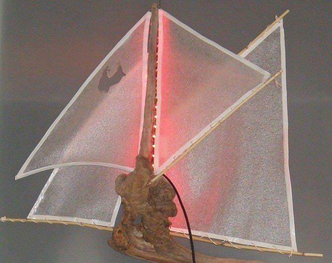 Материалы: узловатая коряга, несколько ошкуренных веточек, упаковочная пленка от телевизора, белая изолента, тонкая капроновая веревка и светодиодная лента
