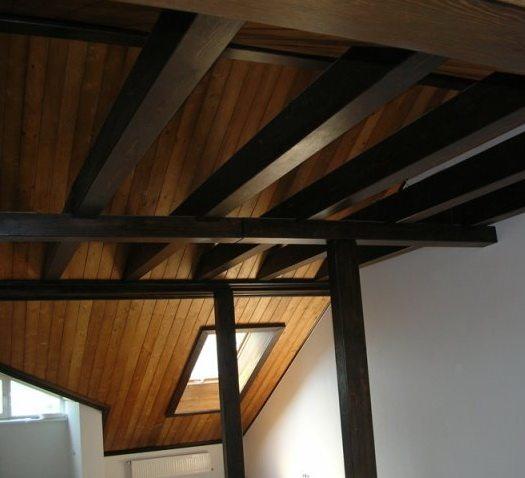 Мансарда сочетает темное дерево балок и панели МДФ, стилизованные под светлую древесину. Смотрится великолепно