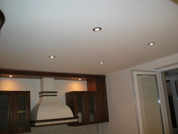 Матовый натяжной потолок можно использовать даже на кухне