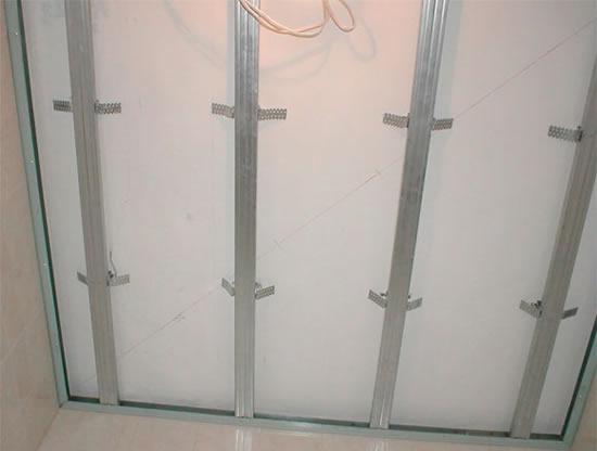 Металлическая обрешетка для обрешетки потолка лоджии.