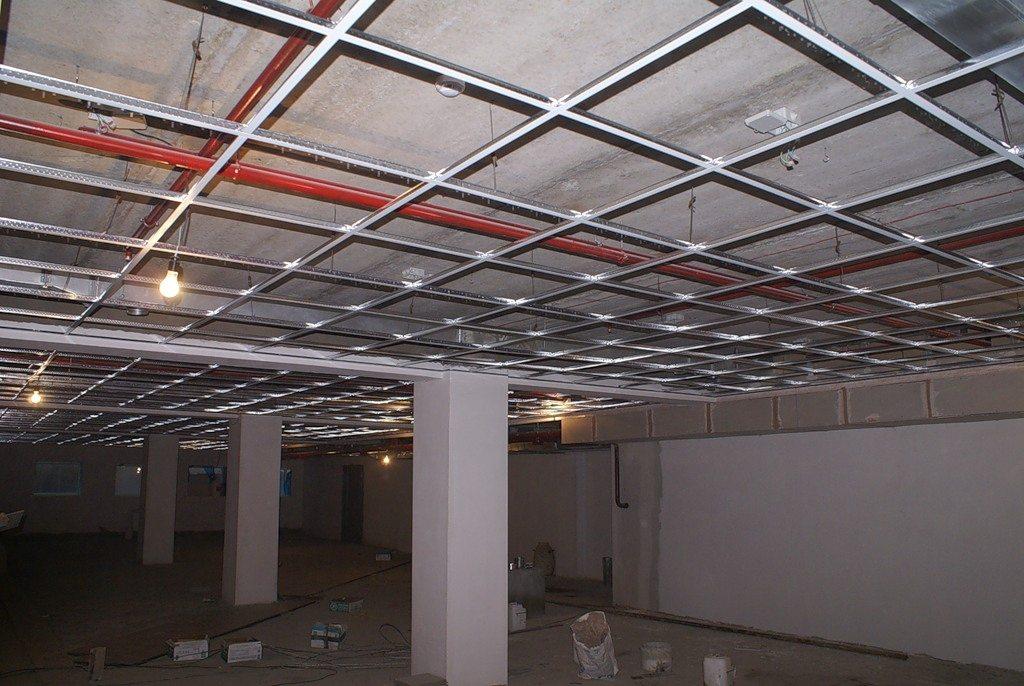Над потолком остается изрядное пространство, которое не будет использоваться.