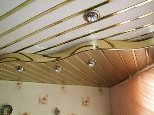 Красивый потолок, оформленный при помощи потолочных панелей