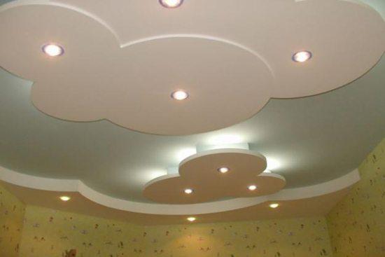Оформление потолка многоуровневым типом придает интерьеру загадочность