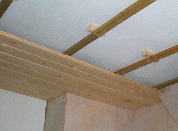 Монтаж деревянных брусков на подкладках.