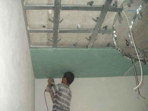 Монтаж листов гипсокартона на потолок
