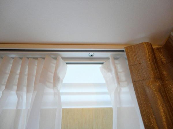 Монтаж карниза на потолок – одно из самых предпочтительных решений