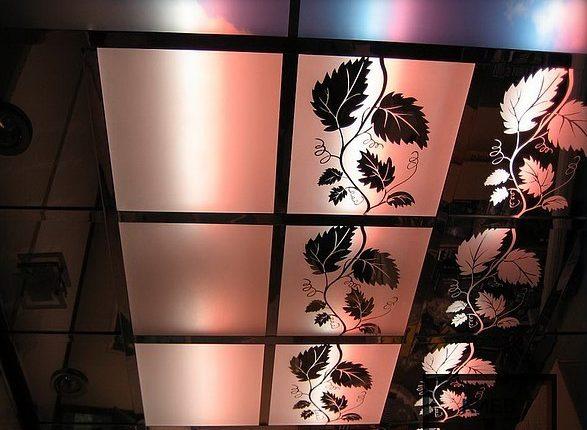 Матовые стеклянные панели позволяют создавать витражные потолки.