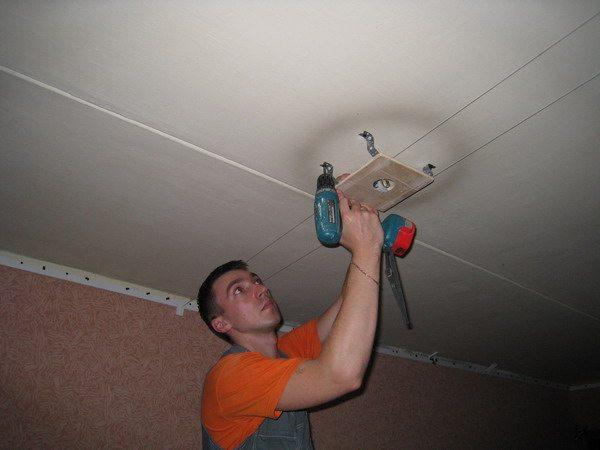 Для натяжных потолков требуется монтаж специальных площадок под светильники.