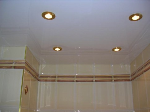 Это не натяжной потолок. Всего лишь недорогие пластиковые панели.