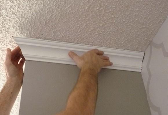 Потолочный плинтус замаскирует стыки со стенами и придаст потолку законченный внешний вид.
