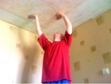 Монтаж потолочной плитки.